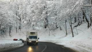 Se circulă în condiţii de iarnă în mai multe județe din țară