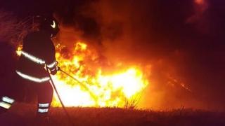 Deșeuri petroliere în flăcări lângă o conductă de carburant, la Castelu