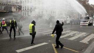Confruntări violente, în Franța, între vestele galbene și forțele de ordine