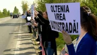 Lanţ uman pe traseul Craiova - Piteşti pentru construirea unei autostrăzi