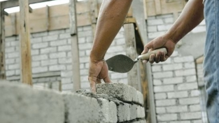 Executarea fără autorizaţie a construcțiilor ar putea să nu se mai sancţioneze cu închisoarea