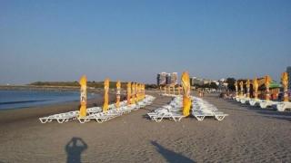 Controale pe plajă la operatorii care au instalat șezlonguri ilegal