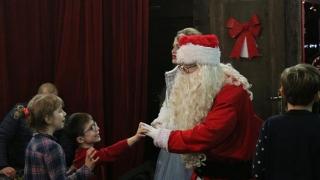 Copiii din centrele de plasament se întâlnesc cu Moș Crăciun