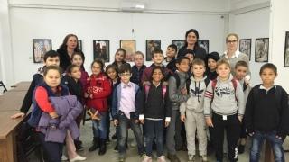 """Copiii de la Şcoala """"I.C. Brătianu"""" expun la Muzeul de Artă"""