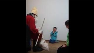 La doar 5 ani, terorizat de mamă cu ajutorul lui... Moş Nicolae!