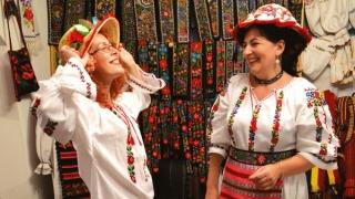 Costumele populare și rochiile inspirate din portul tradițional, căutate la final de 2016
