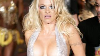 Pamela Anderson spune că pornografia e pentru rataţi