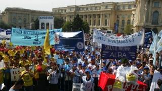Peste 400 de profesori sindicaliști au continuat protestele la Guvern