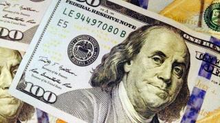 Dolarul american face legea, leul tace și-nghite