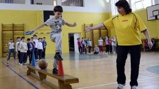 Ping-pong cu orele de educație fizică ale elevilor de ciclu primar