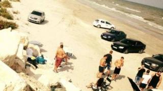 Plaja din Corbu, parcare de lux pentru șoferii de fițe! Jurnaliști insultați!