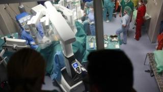 Poate vedea din nou după ce un robot a operat în interiorul ochiului