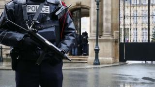 Poliția pariziană va fi echipată, în premieră, cu puști de asalt