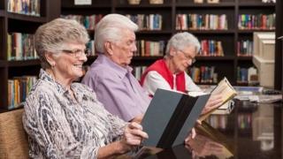 Proiect în premieră națională: 160 de pensionari au absolvit Universitatea Vârstei a Treia, la Galaţi