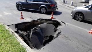 """Maşină """"înghiţită"""" de un crater produs într-o intersecție"""