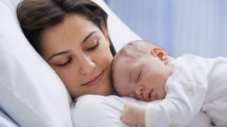 Va fi majorată indemnizaţia minimă pentru creşterea copilului