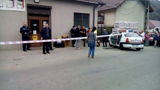 Trei suspecţi reţinuţi, după ce au ucis cu sălbăticie doi adulți și o minoră!