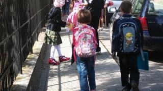 """Riscurile la care sunt expuși școlarii din cauza """"ghiozdanelor-bolovani""""!"""