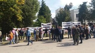 Salariați ai Oil Terminal protestează în fața Prefecturii