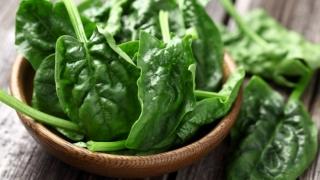 Salată de spanac proaspăt, explozie de vitamine