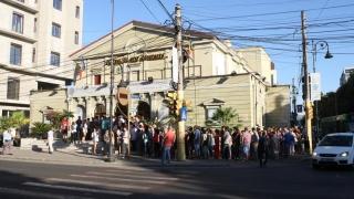 Traficul auto, blocat în zona Teatrului de Stat. Mălăele joacă în stradă