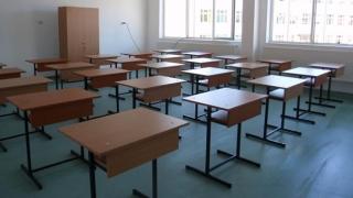 Școlile extremelor: supraaglomerate sau pustii, cu WC la interior sau fără