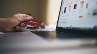 Un român din trei face cumpărături online