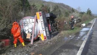 Șoferul unei autocisterne a murit! 30 de tone de motorină s-au scurs pe drum!
