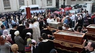 Soldați cu făclii aprinse, în procesiune religioasă