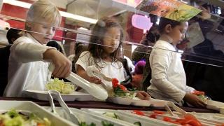 Știați că chipsurile și sucurile sunt interzise în școli? Și asta în România!