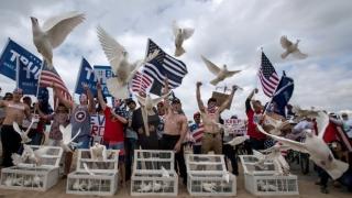Americanii, pro şi contra migraţie, pe o plajă din California