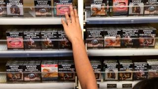 """Noile pachete de țigări """"ard"""" și producătorii, și comercianții"""