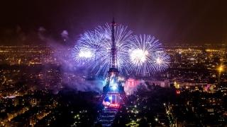 Turnul Eiffel, învăluit în artificii