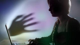 Tu știi la ce pericole te expui când postezi pe internet?