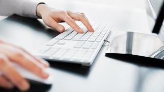 Un angajat din patru instalează software neautorizat pe computerele de la job
