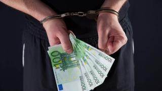Un suspect de tâlhărie a vrut să plătească o persoană ca să-i mintă pe polițiști