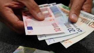 Fluctuații pe piața valutară. Euro crește iar