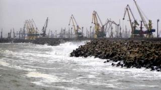 Vântul puternic închide porturile