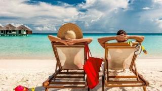 Românii economisesc pentru vacanță între câteva luni și un an întreg