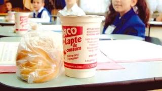 De ce întârzie distribuția laptelui, cornului şi fructelor în şcoli