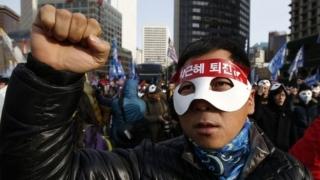 Sud-coreenii sărbătoresc în stradă votul Parlamentului pentru destituirea preşedintei