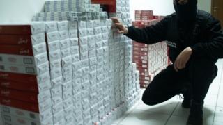 Peste 10.000 pachete cu ţigări de contrabandă, descoperite într-o autoutilitară