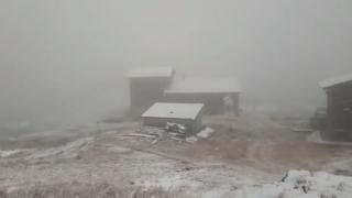 Deszăpezire pe Transfăgărăşan. Stratul de zăpadă are 10 centimetri