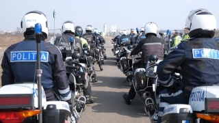 Un poliţist pe motocicletă din coloana oficială  a lui Hollande a căzut