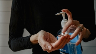 Dezinfectarea prin pulverizare vs. dezinfectarea cu detergenti concentrati