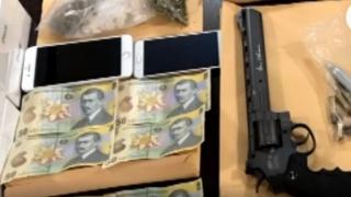 Droguri, arme, telefoane, descoperite la percheziții de DIICOT
