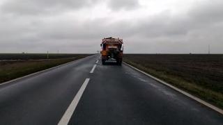 Regionala de Drumuri Constanța acționează pentru îndepărtarea poleiului