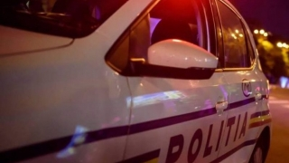 Doi poliţişti răniţi după ce au intrat cu maşina într-un copac. Șoferul era băut.