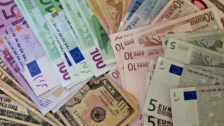 Euro se apropie de 4,57 lei, pe fondul tensiunilor politice