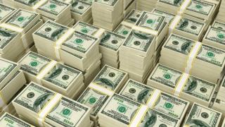 Dolarul încheie săptămâna pe minus cu 1,4%